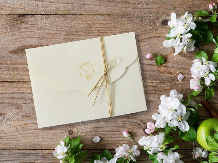 Invitatie cu plic prinsa cu ata cerata